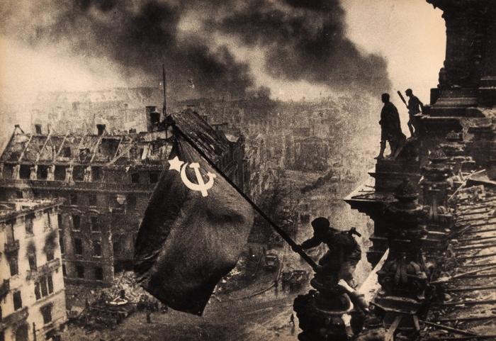 [Символ победы над фашистской Германией] Фотография: Знамя Победы над Рейхстагом/ фот. Е.Халдей. Берлин, 1945.