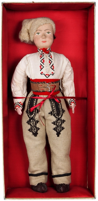 Кукла «Румын» вподарочной коробке срумынским гербом. СССР. 1950-е. Папье-маше, текстиль. Высота 57см.