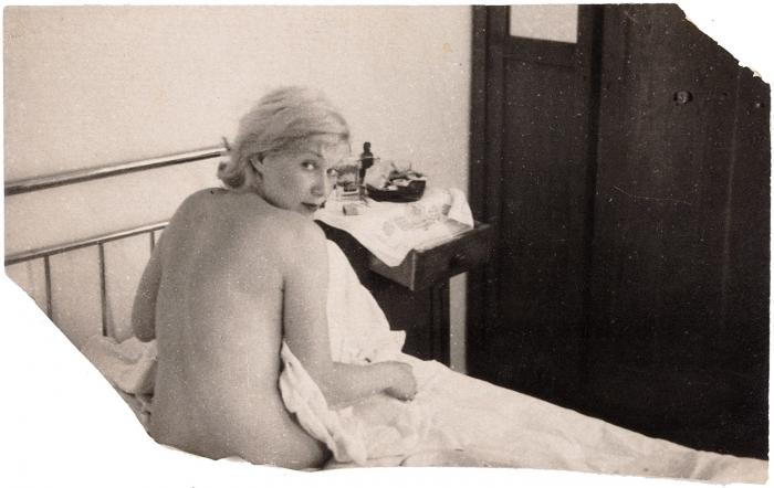 [«Мне всегда будет тридцать девять лет, ининаодин день больше!» или обнаженная Любовь Орлова глазами своего мужа] Лот изчетырех фотографий иодной фотооткрытки сизображением актрисы театра икино Любови Орловой. [Б.м., 1937 (?)].