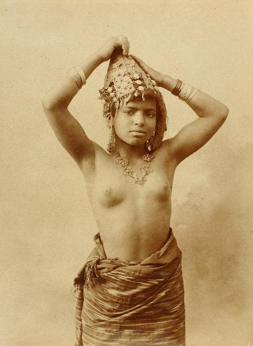 Фотография девушки-туземки. [СПб., 1890-е гг.].