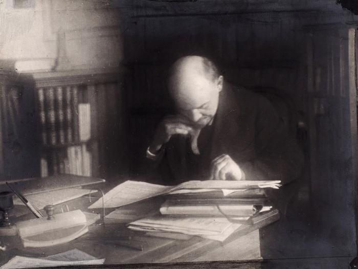 Фотография: Ленин читает газету. [М., 1918].
