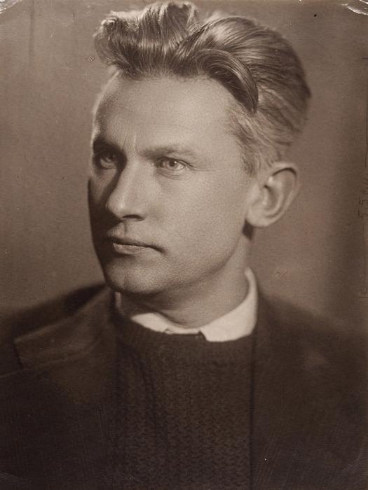 Автограф А.А. Фадеева насобственном фотопортрете. [1940].
