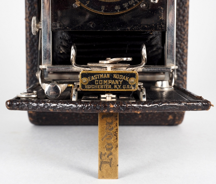 Две фотокамеры: 1. Форматная фотокамера стремя кассетами иобъективом. Западная Европа.2. Раскладная компактная фотокамера под широкую рулонную пленку 90мм. США, компания «Eastman Kodak». Конец XIX— началоХХ века. Дерево, латунь, оригинальный кофр.