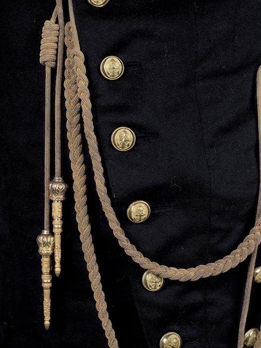 Парадный мундир сбрюками лейтенанта флота времен Императора Наполеона III. Вкомплекте помимо мундира также— эполеты, аксельбант, горжет. [Б.м., третья четверть XIXв.].