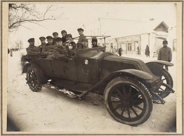 Фотография автомобиля Рено сгруппой лиц. М., [до1918].
