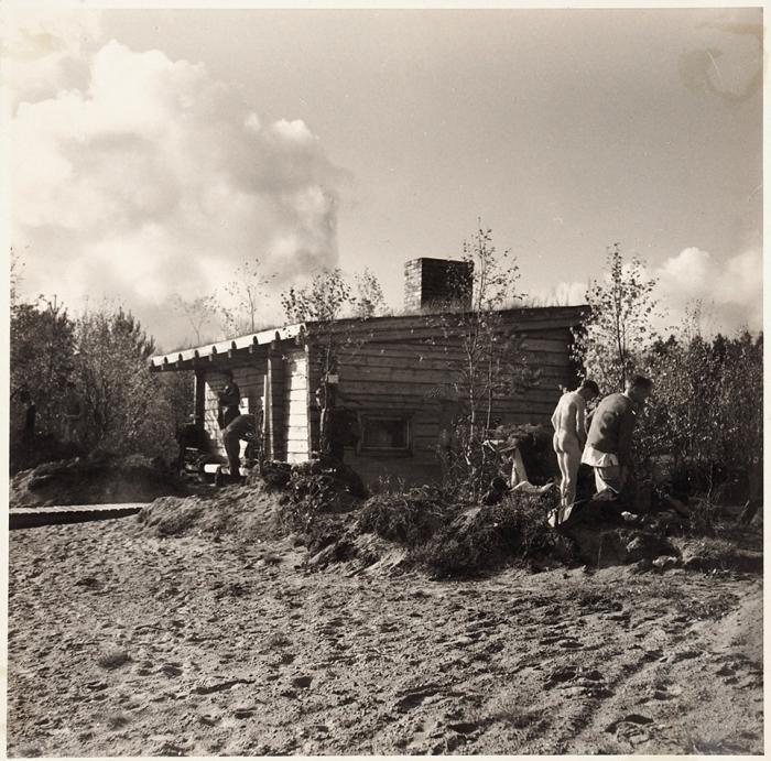 [Солдаты писают втраншею] Фотография: Когда армия отдыхает/ фот. Бёгелунд. Б.м., 1943.