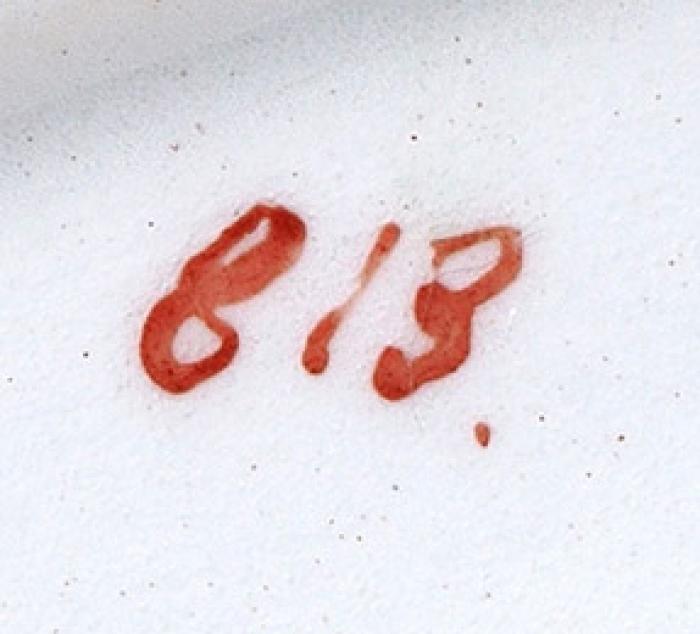 Три предмета изсервиза ссупрематическим рисунком: супница, блюдо круглое, блюдо овальное. Роспись 1920-х годов надореволюционном белье фабрики Товарищества М.С. Кузнецова. Фаянс, аэрография. Высота супницы 18,5см. Размер овального блюда 27,5x36,5см. Диаметр круглого блюда 33,5см.