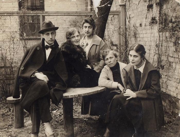 Фотография: Лев Гринкруг, Эльза Триоле, Тамара Беглярова, Елена Юльевна Каган иЛиля Брик. [Весна 1918].