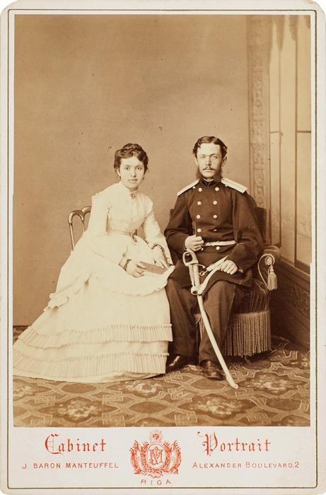 Кабинетная фотография «Поручик сдамой»/ фотоателье J.Baron Manteuffel. Рига, [1870-е гг.].