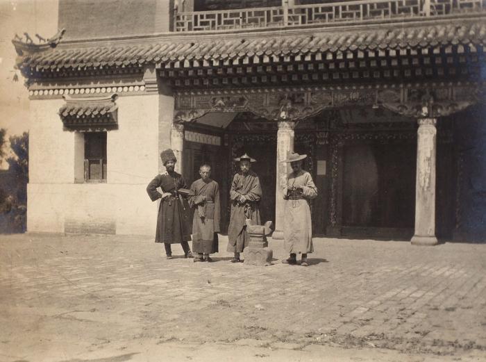 Фотография «Русский казак итрое буддийских священнослужителя нафоне Дацана вМаньчжурии». [Б.м, 1910-е гг.].
