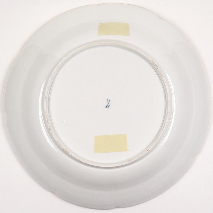 Большая тарелка из«Андреевского» сервиза. Германия, Мейсенская фарфоровая мануфактура. Около 1745. Фарфор, надглазурная роспись, золочение. Диаметр 33см.