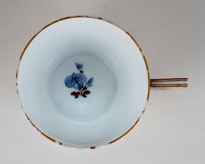 Чайная пара ссиними цветами. Германия, Мейсенская фарфоровая мануфактура. Последняя четверть XVIIIвека. Фарфор, роспись, золочение. Высота чашки 4,8см. Диаметр блюдца 13,5см.