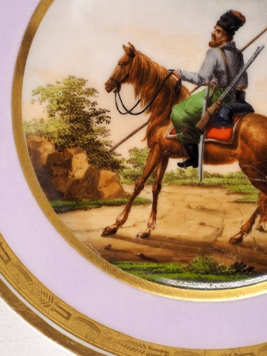 Тарелка сизображением казака наконе. Франция (?). Первая четверть XIXвека. Фарфор, надглазурное крытье ироспись, золочение, цировка. Диаметр 24см.