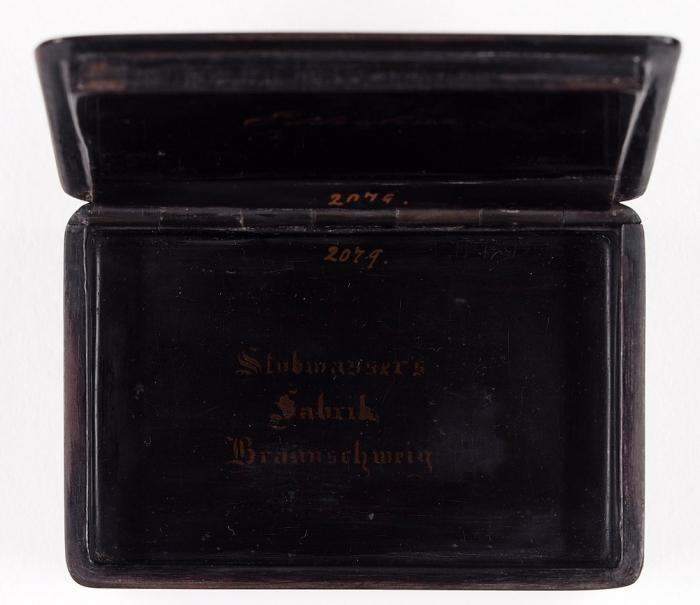Шкатулка «Модница». Германия, фабрика Иоганна Штобвассера. 1820-е— 1830-е. Папье-маше, роспись. Размер 9x6х 2,5см.