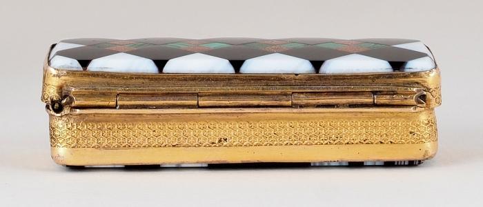 Табакерка. Россия. Первая половина XIXвека. Латунь, мозаика изкамня. Размер 3x6,5x2см.