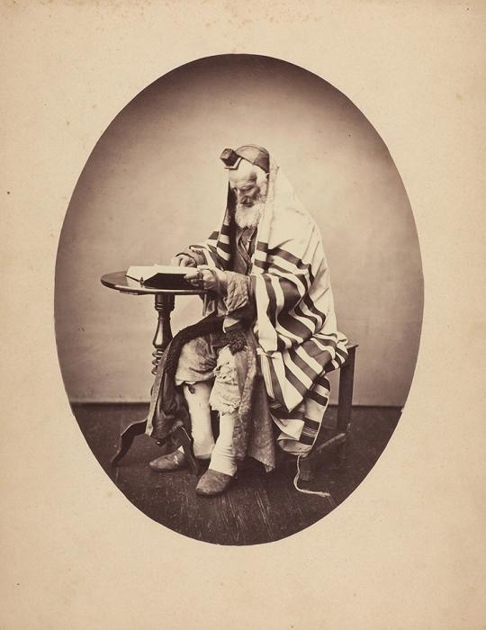 Фотография: Старый еврей, читающий Тору/ фото Иосифа Кордыша. Каменец-Подольский, [1860-е— 1871].
