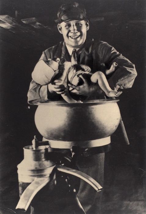 [Название придумал Сталин, аЭйзенштейн крестил ребенка вмолочном сепараторе] Фотография: «Эйзенштейн насъемках фильма Генеральная линия (Старое иновое)»/ фот. Д.Дебабов.1928.