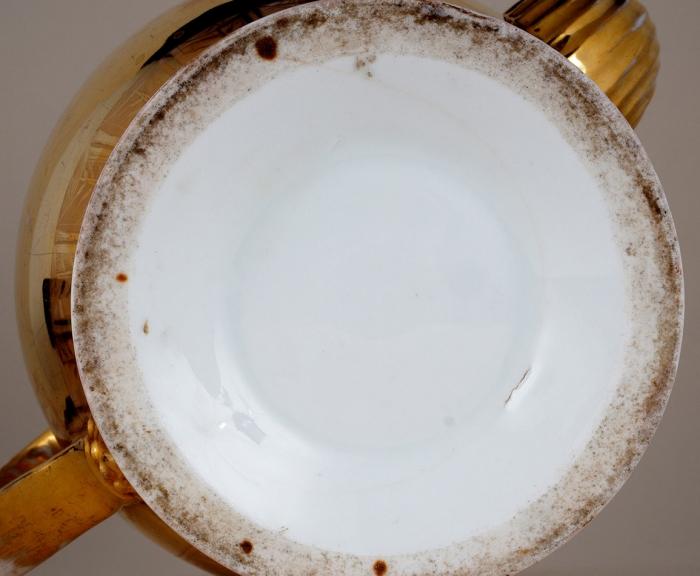 Чайный сервиз свидами Санкт-Петербурга: чайник, кофейник, молочник, сахарница, полоскательница, 6чашек сблюдцами. Россия, фарфоровый завод Батениных. 1830-е. Фарфор, роспись, золочение, цировка. Высота: чайника 21,5см, кофейника 17,5см, молочника 13,5см, сахарницы 14см, полоскательницы 11,5см, чашки 10см; диаметр блюдца 14,5см.